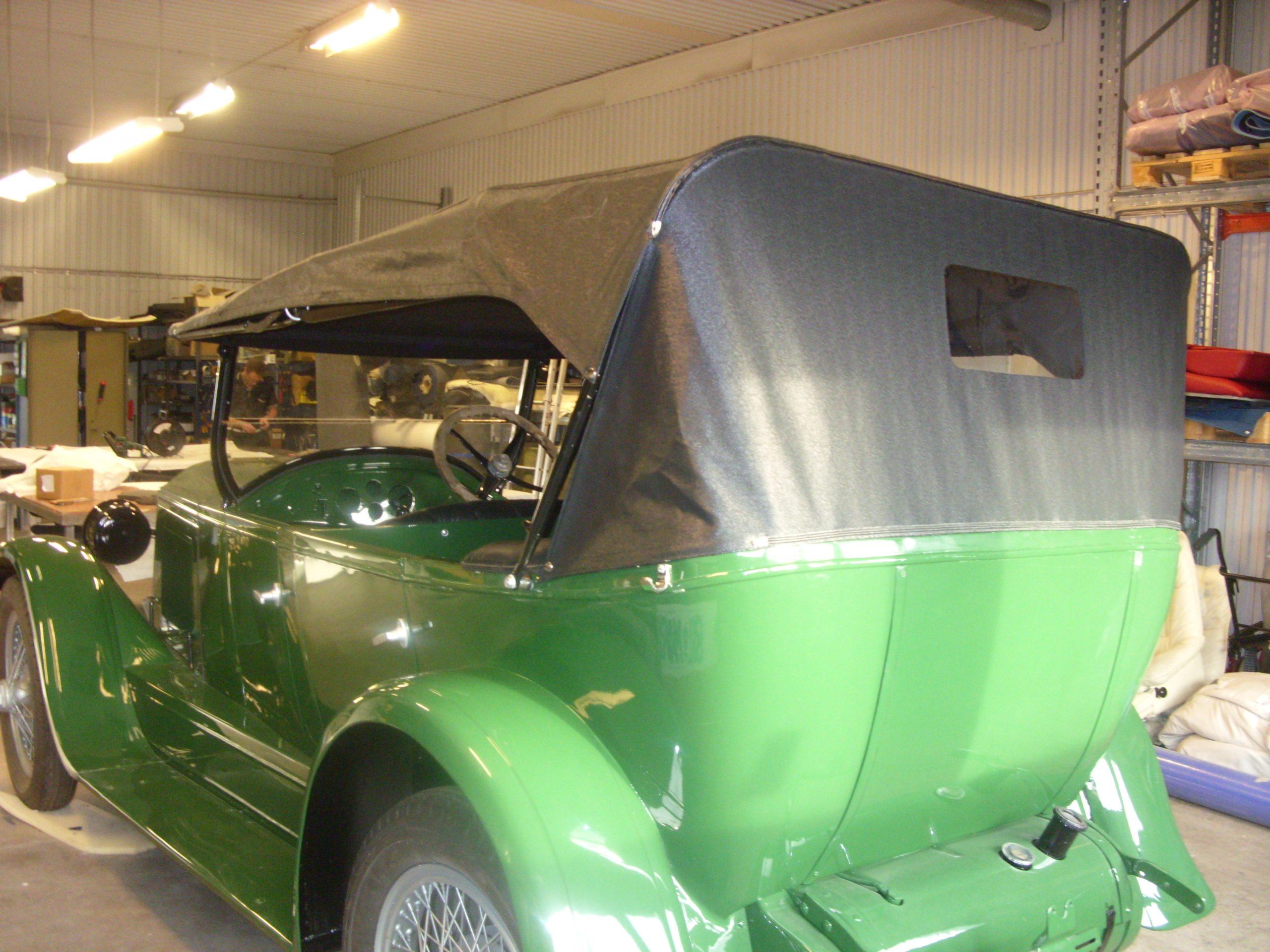 En grön bil i inomhusmiljö